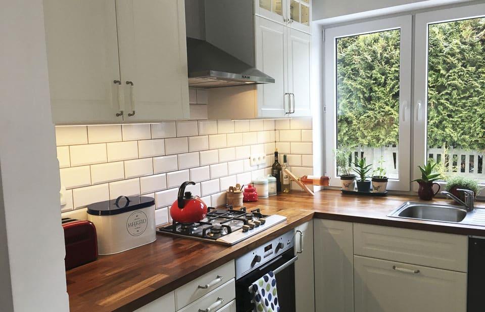 białe płytki na ścianie w kuchni