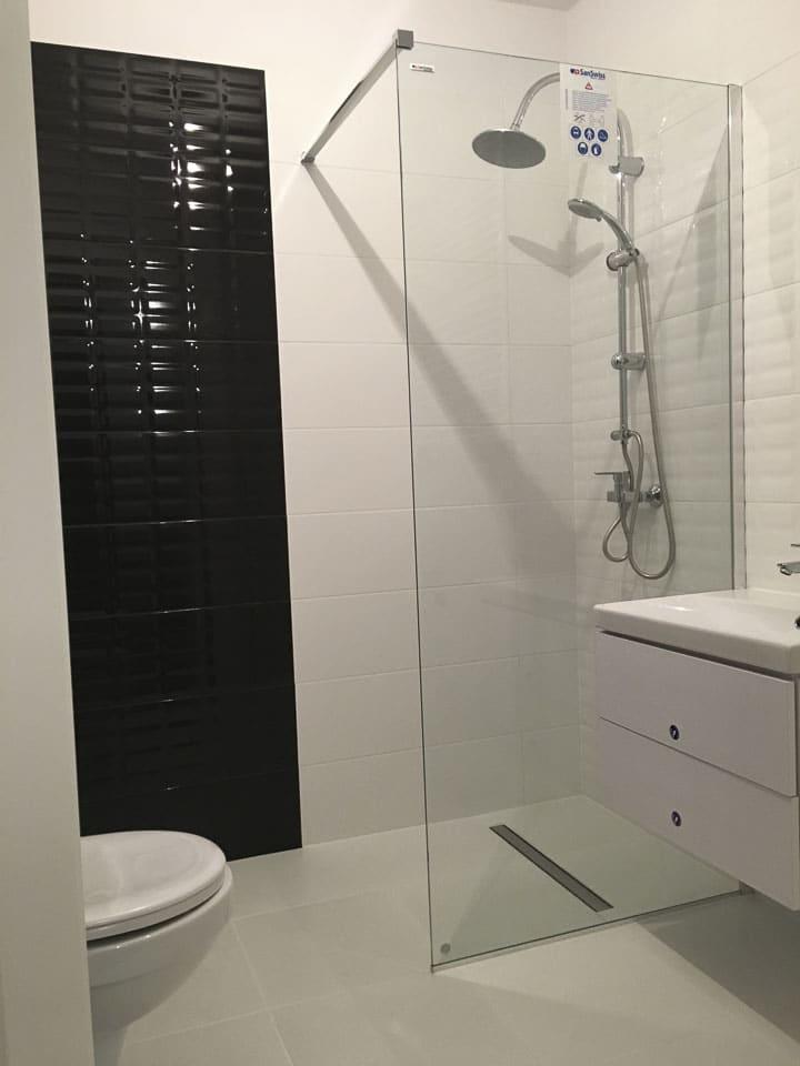 prysznic bez brodzika biała łazienka