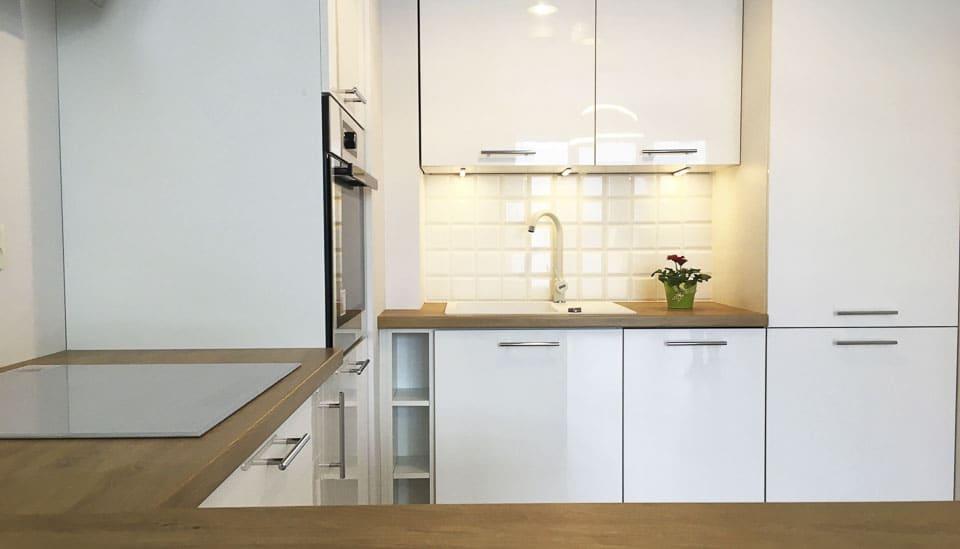 biała kuchnia z jasnym drewnem