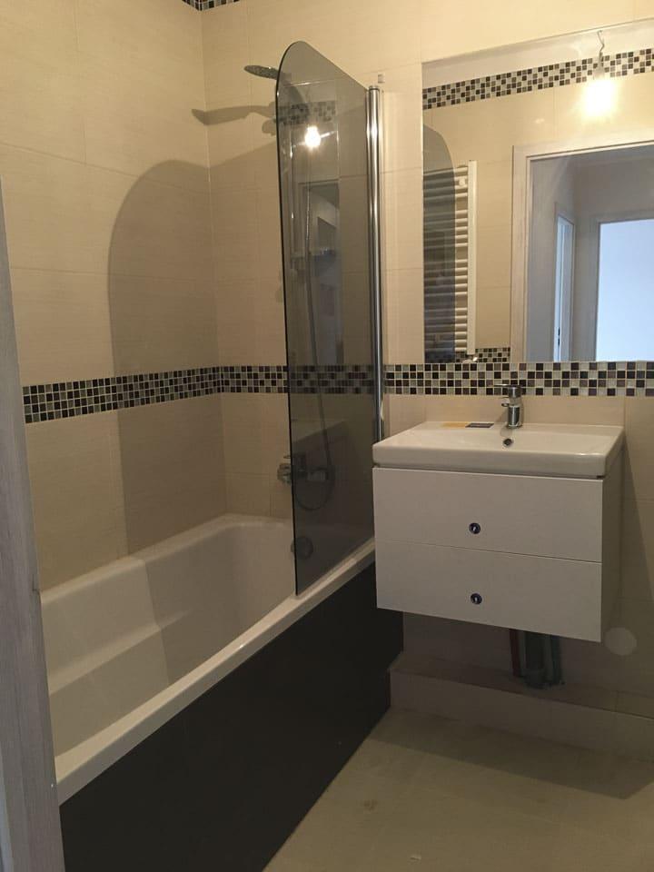 łazienka z czarnymi dodatkami