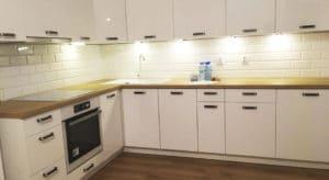 kuchnia biała z jasnym drewnem