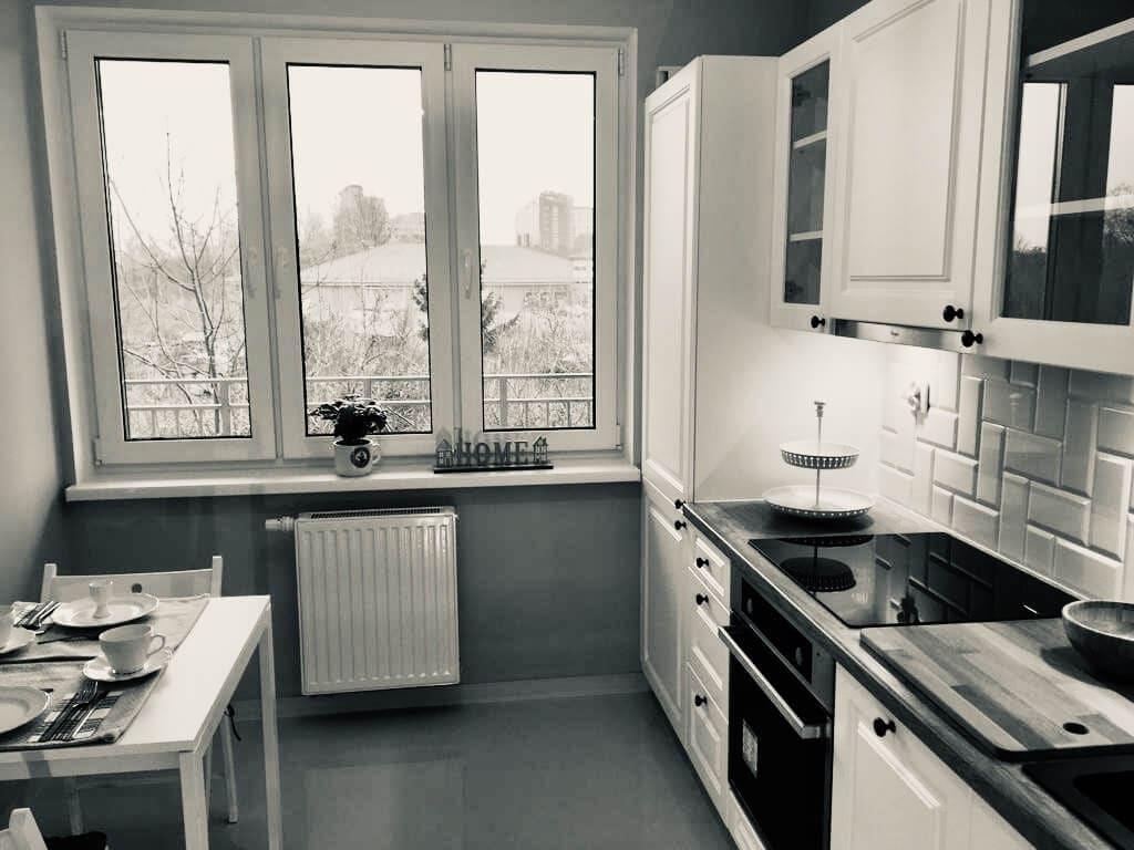 mała kuchnia z oknem