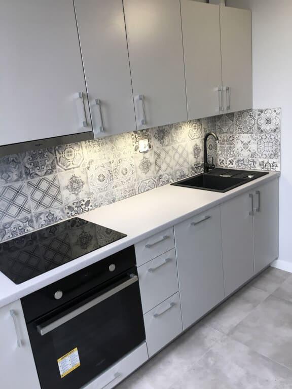 kuchnia z płytkami na ścianie