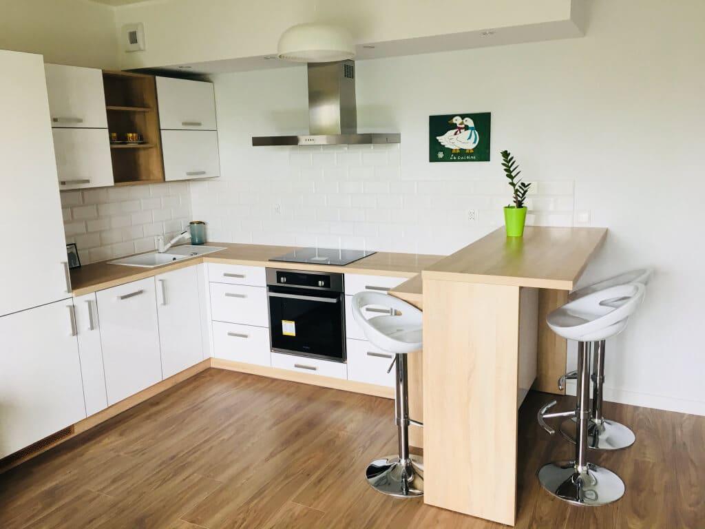 biało drewniana kuchnia z ladą