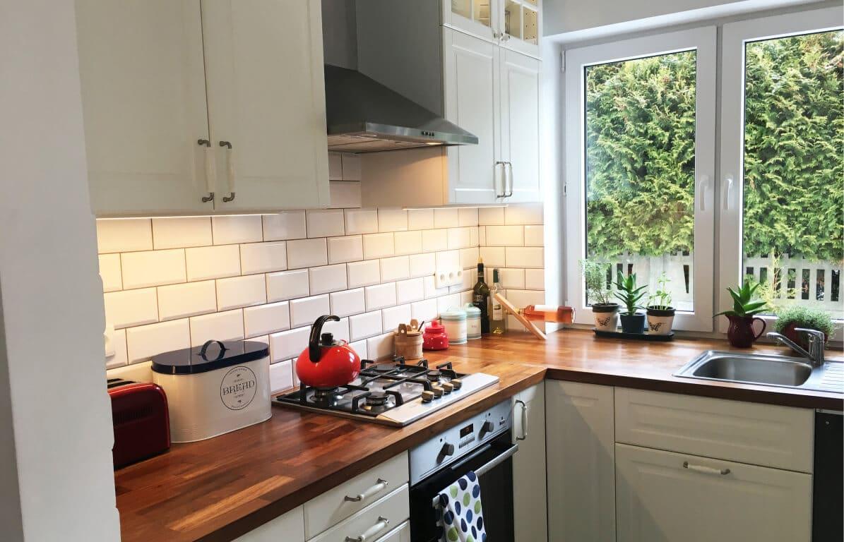 kuchnia prowansalska kremowa z drewnianym blatem