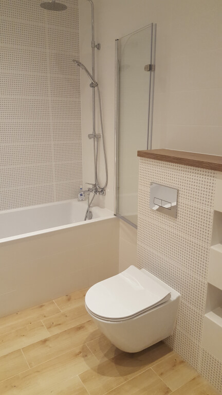 płytki drewnopodobne łazienka
