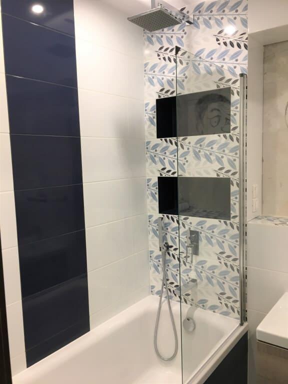biało-czarna łazienka z wanno prysznicem