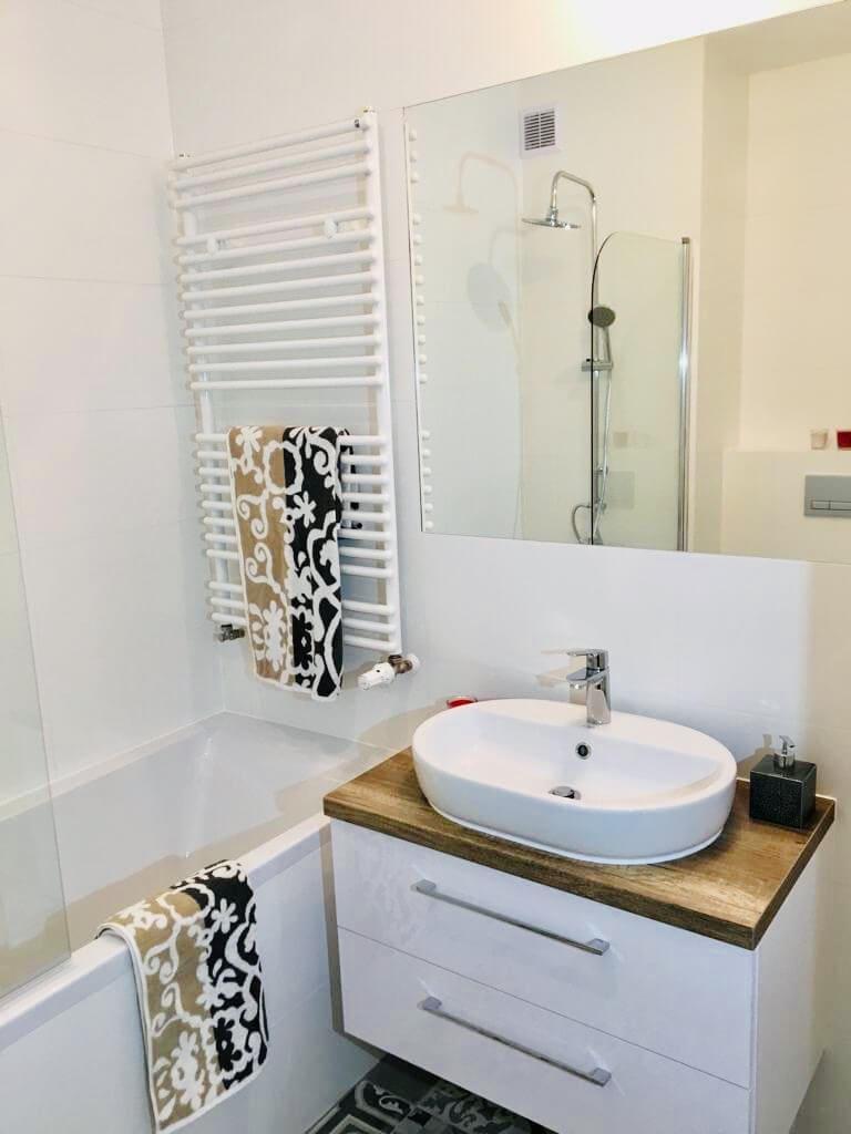 biało drewniana łazienka z wanno prysznicem