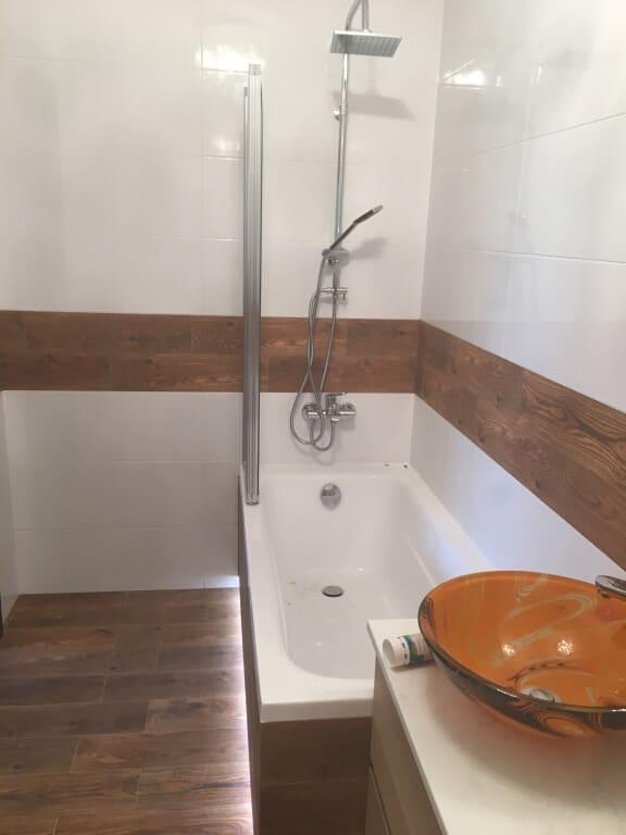 biało drewniana łazienka