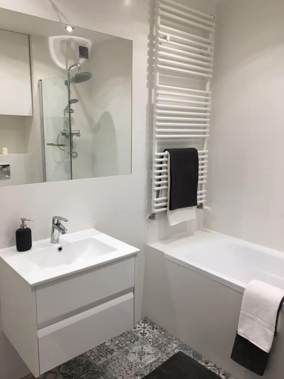 biała łazienka z mozaiką na podłodze