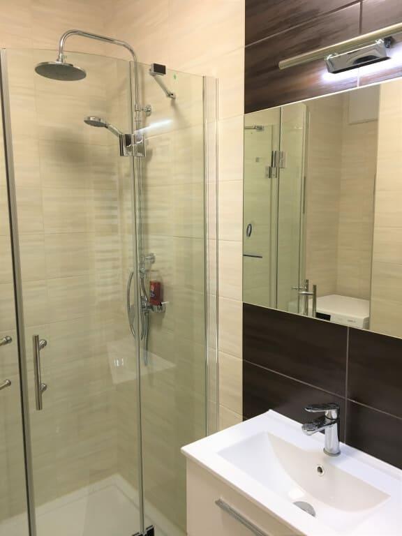 łazienka beżowo brązowa