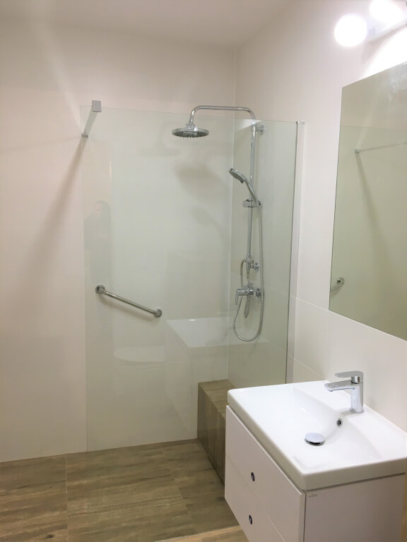 biała łazienka z drewnopodobnymi płytkami