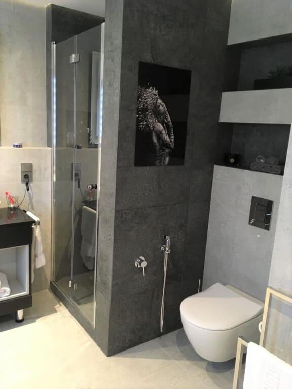 ciemno jasna łazienka