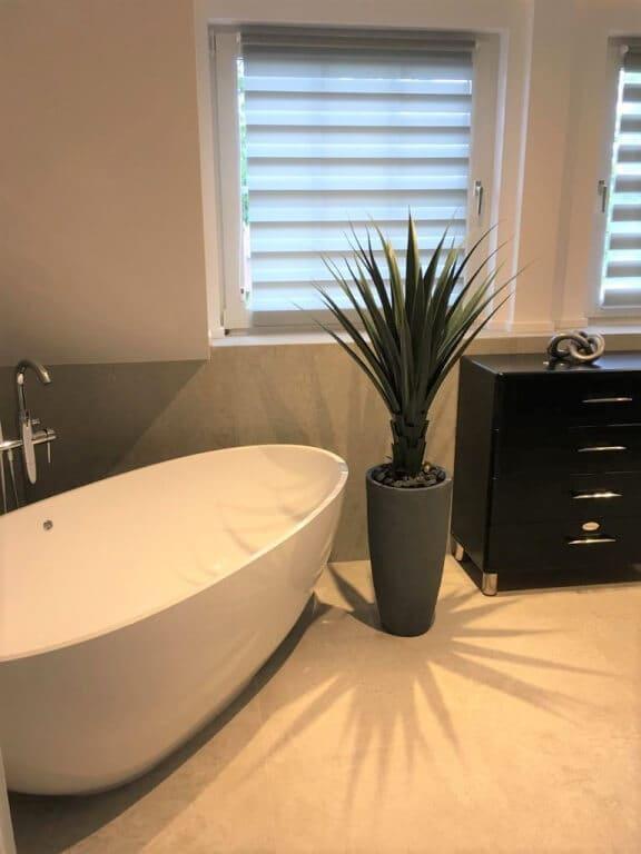 nowoczesna łazienka z oknami