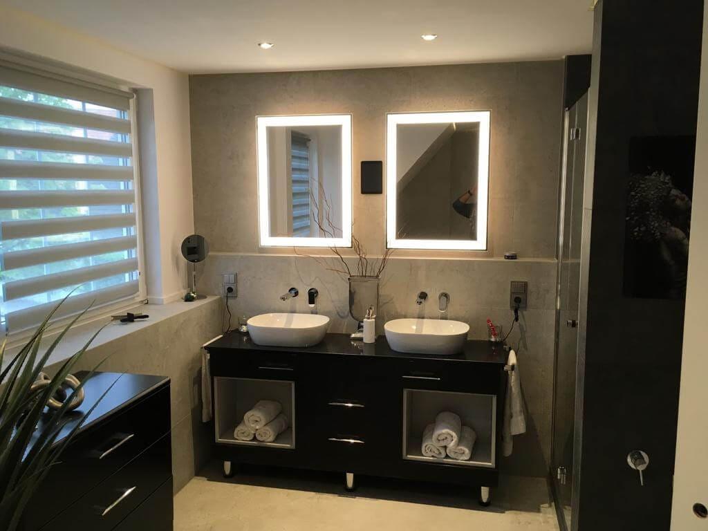 nowoczesna łazienka z podświetlanym lustrem