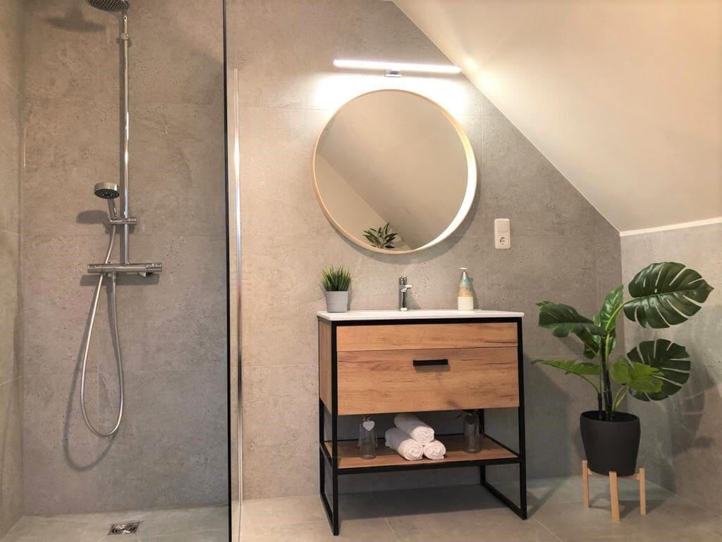 łazienka industrialna ze skosem