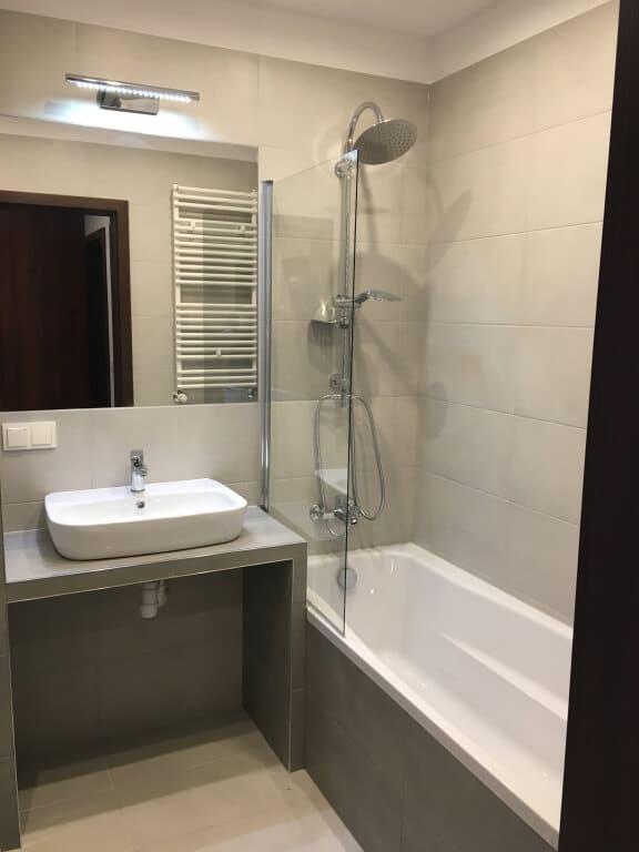 szara łazienka z wanno prysznicem