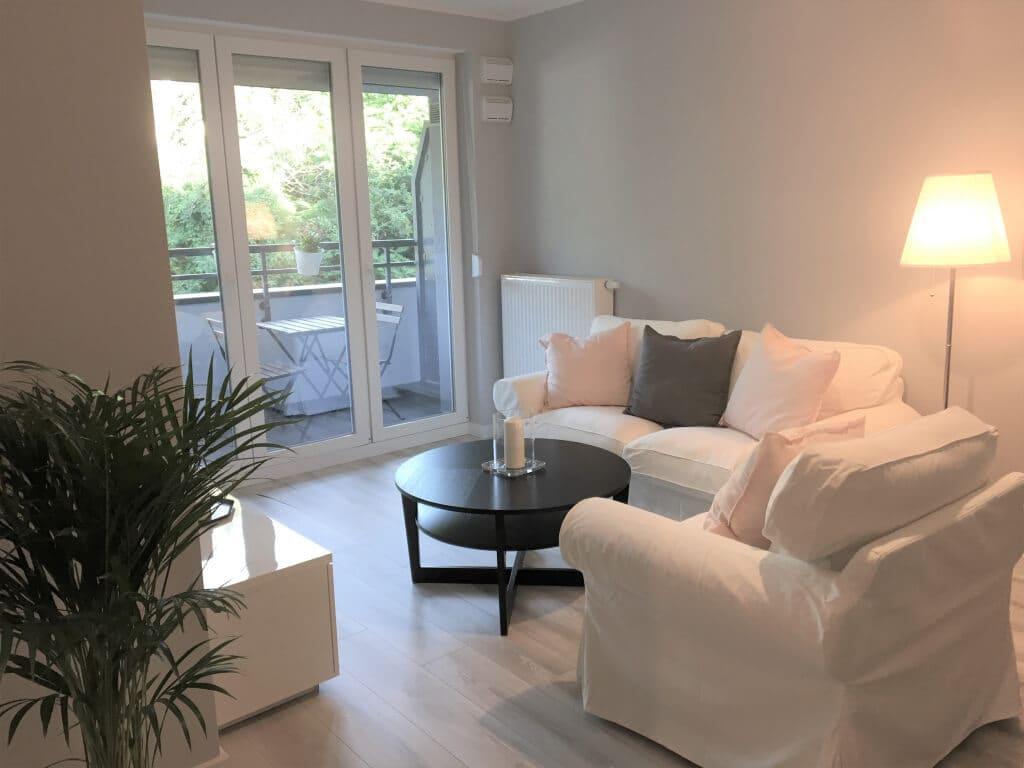 białe meble w salonie