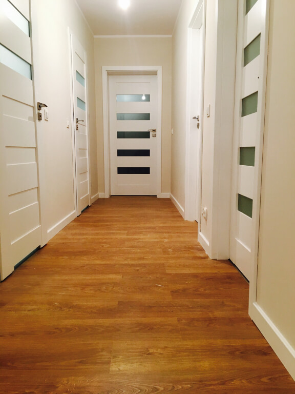 korytarz z drewnianą podłogą