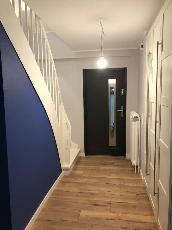 korytarz z panelami podłogowymi