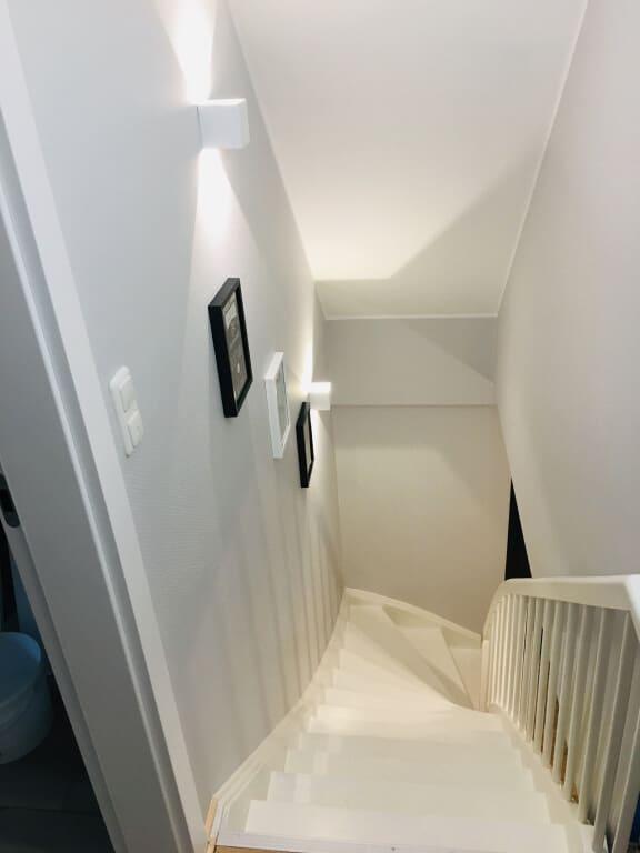 białe schody w domu