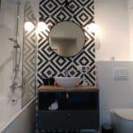 nowoczesna mała łazienka czarno biała