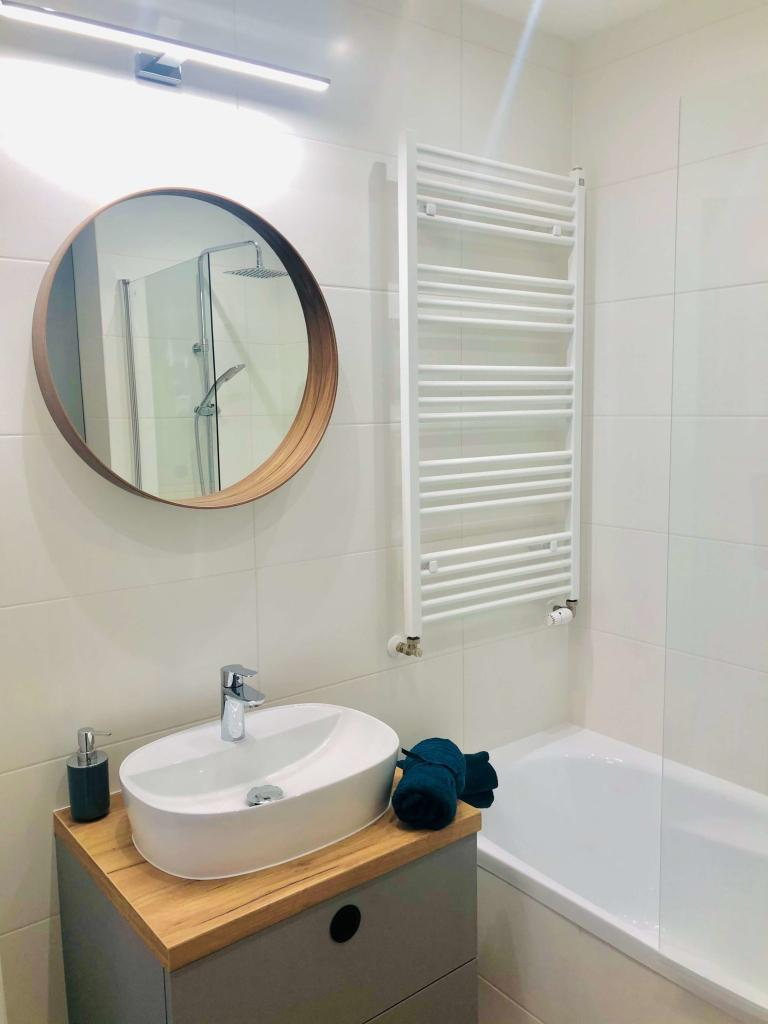 łazienka okrągłe lustro