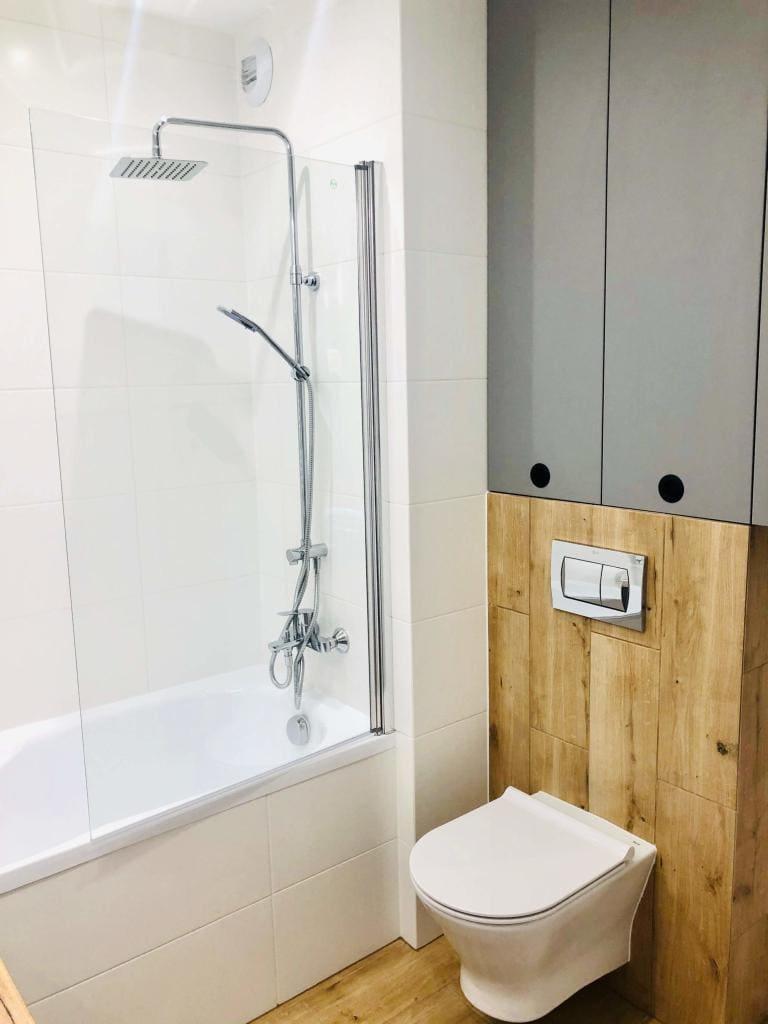 łazienka biała w drewnie