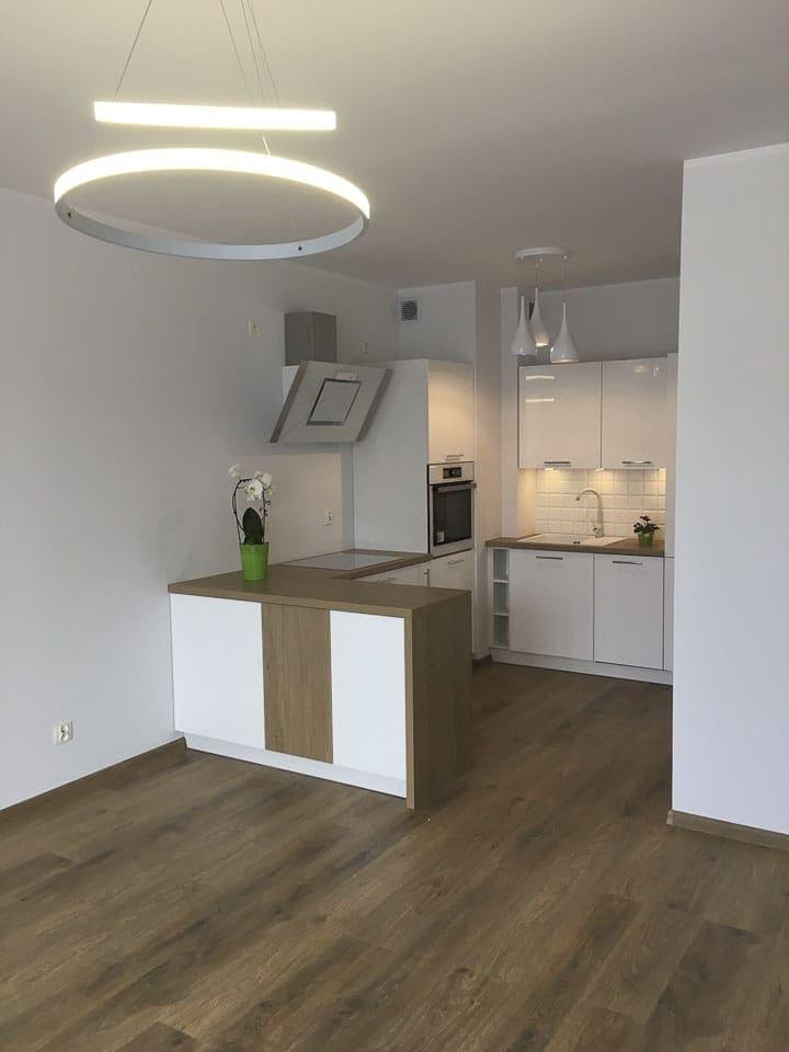 białe kuchnie z drewnianym blatem