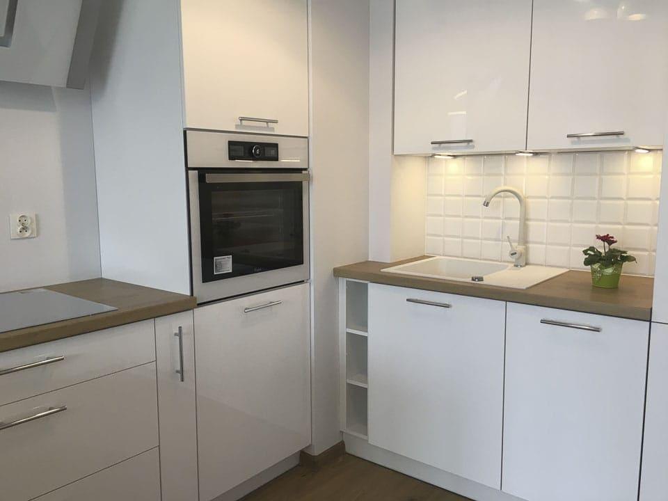 kuchnia biało drewniana nowoczesna