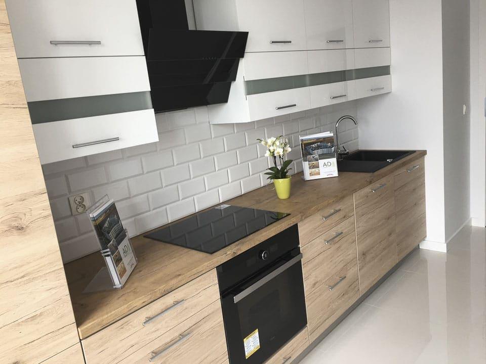 białe i drewniane meble kuchenne