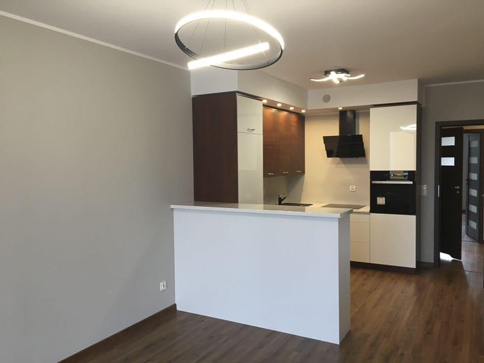 biała kuchnia z drewnianą podłogą