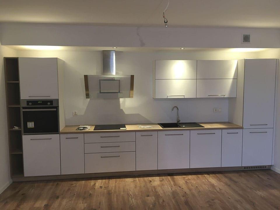 biała kuchnia drewniana podłoga