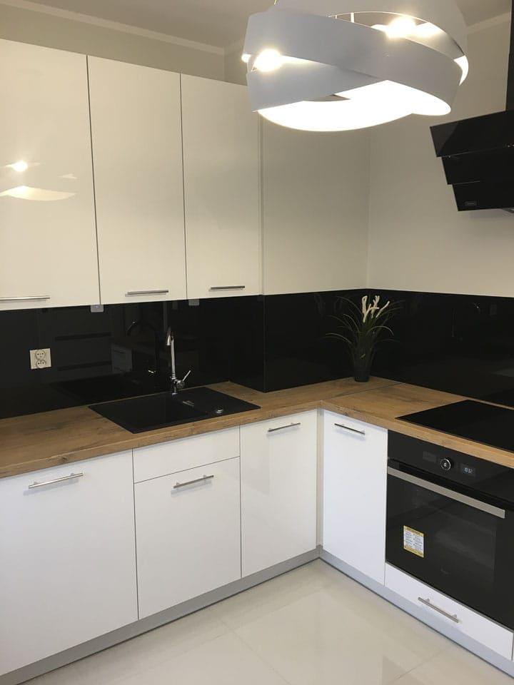 czarno białą kuchnia z drewnianym blatem