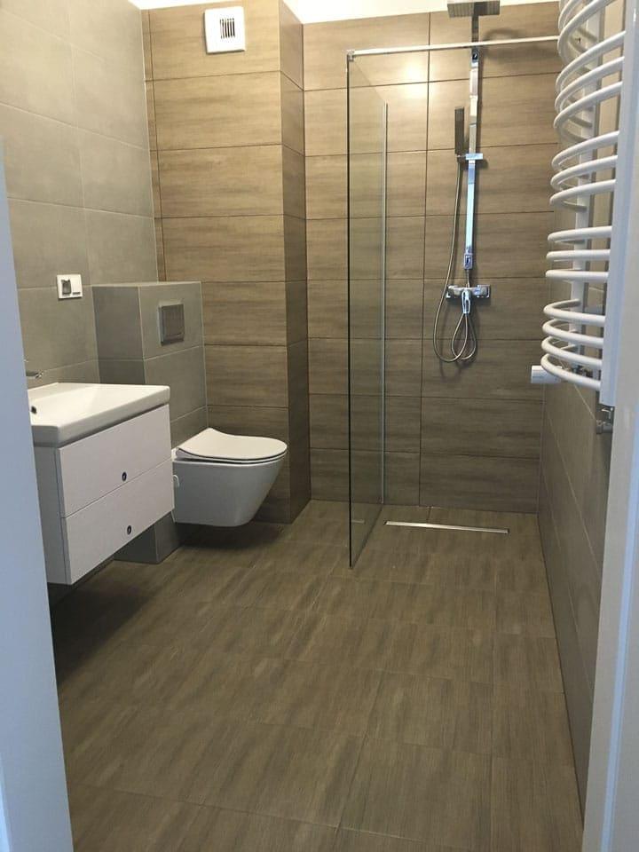drewnopodobne płytki w łazience