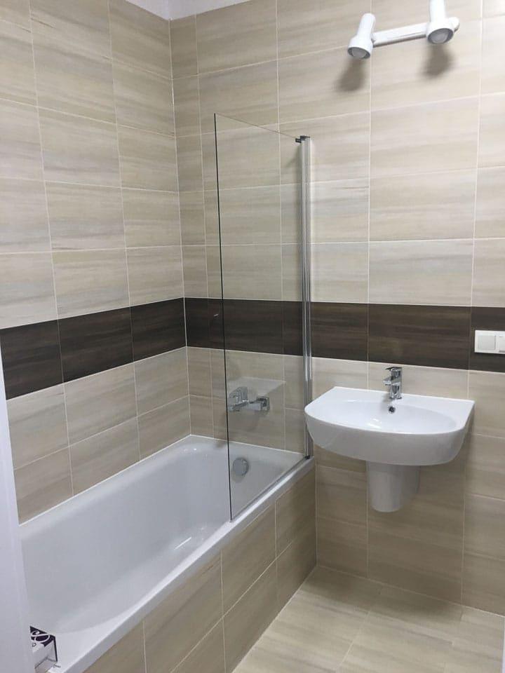 beżowa łazienka z wanną z prysznicem