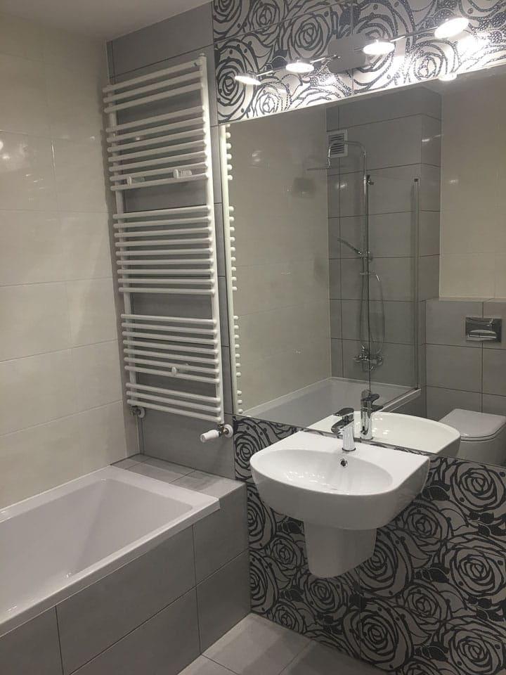 szara zabudowa wanny z prysznicem