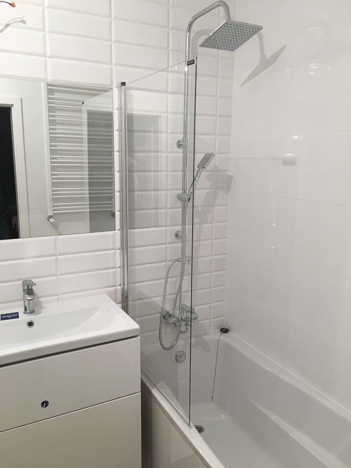 białe kafelki w łazience