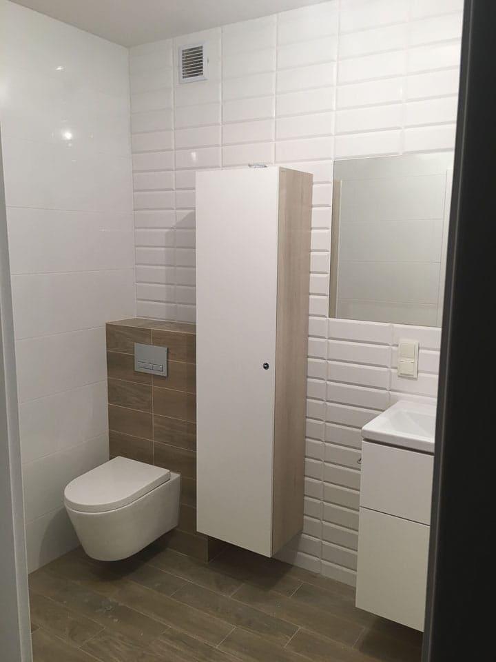 białe szafki w łazience