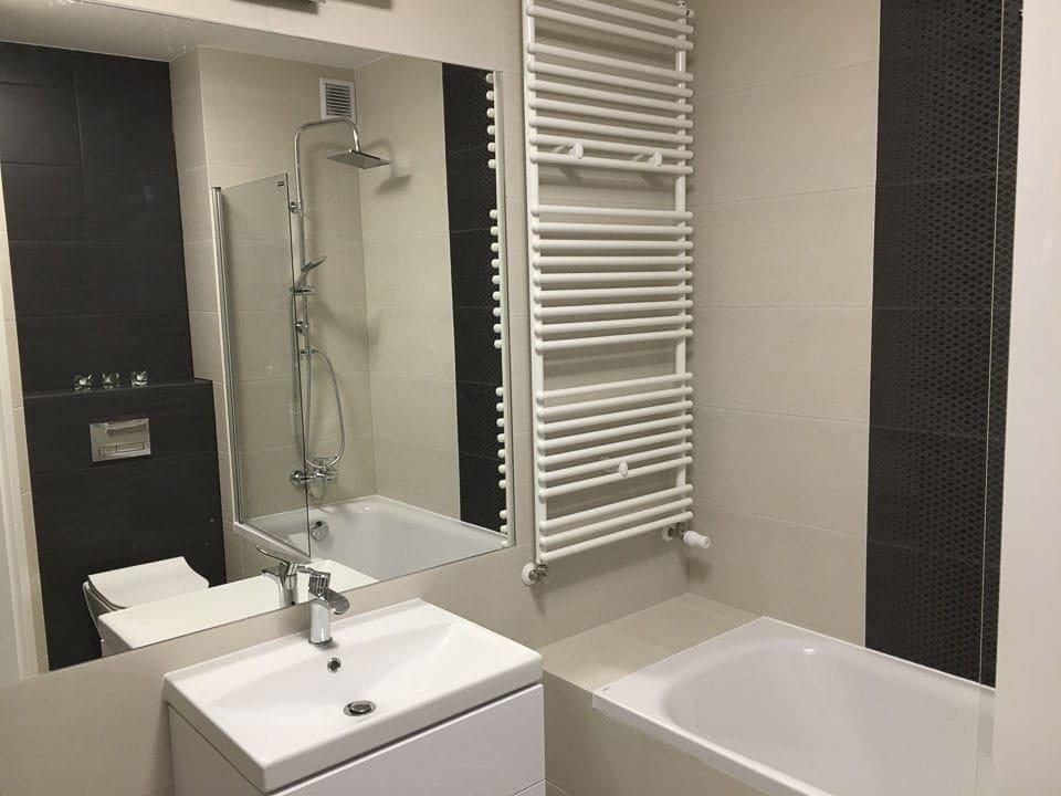 jasno czarna łazienka