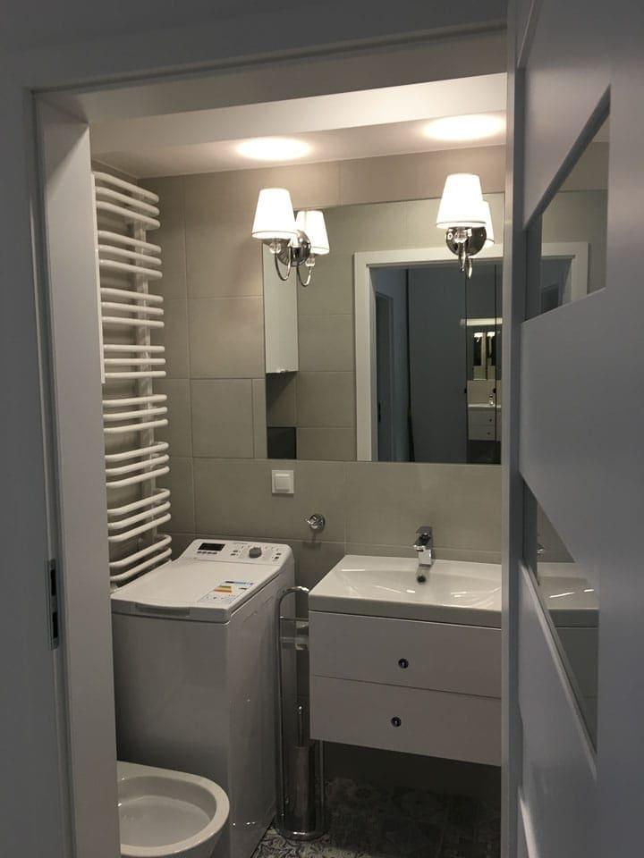 nowoczesna malutka łazienka w bloku