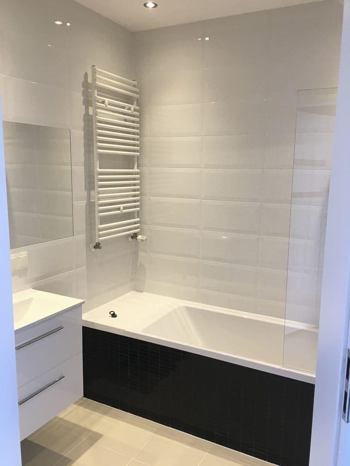 biało czarna łazienka z wanną
