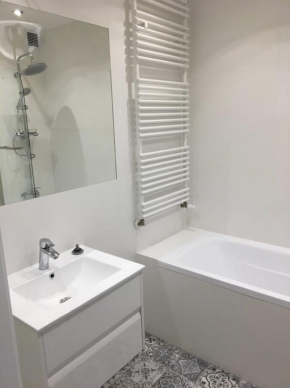 wzorzyste płytki na podłodze w łazience