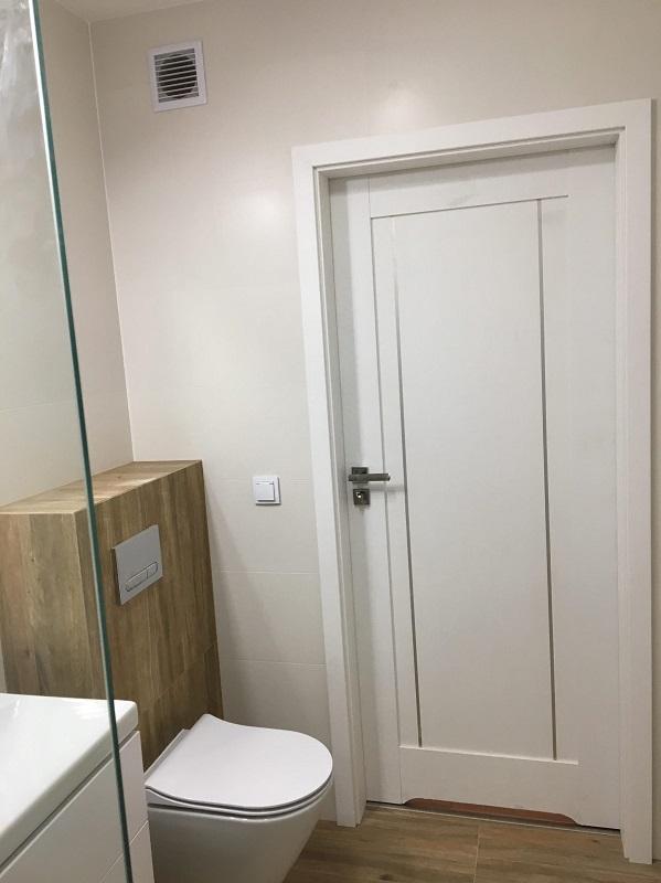 białe drzwi łazienkowe