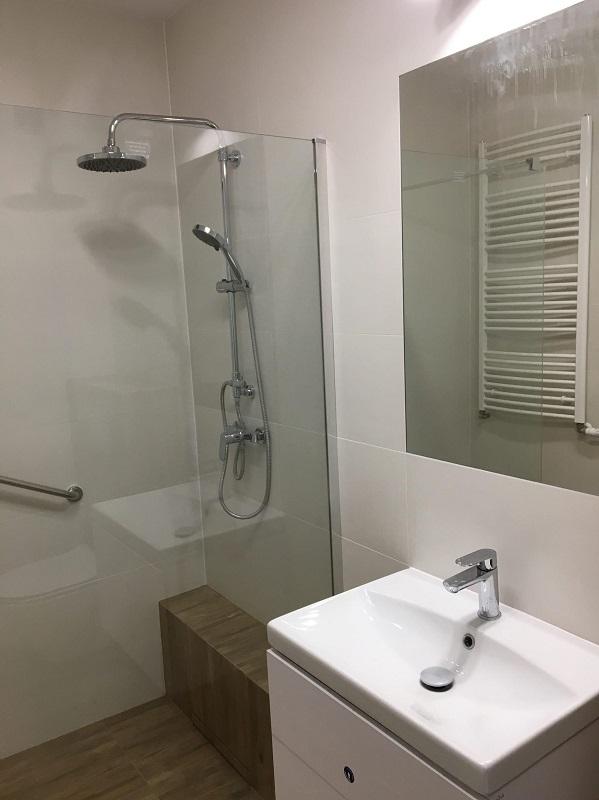 łazienka podłoga drewnopodobna