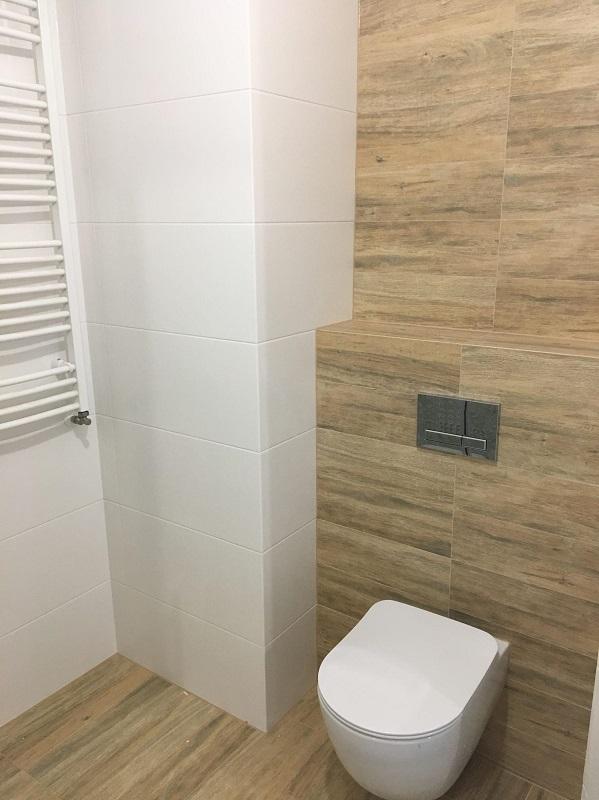 jasne drewnopodobne płytki w łazience